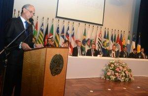 Antônio Andrade participou da entrega da Comenda da Paz Chico Xavier em Uberaba e garantiu o esforço do governo em aumentar os investimentos na região