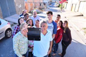 O pré-candidato a prefeito Ivair caminha pelos bairros para ouvir e debater com moradores as prioridades para Betim.
