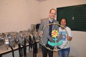 Deputado Thiago Cota e a monitora da APAE, Rosa