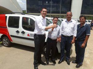 Deputado entrega chave do carro para o prefeito Humberto Reis, o vice-prefeito Luiz e o secretário de saúde de Jequitibá, Múcio Eduardo.