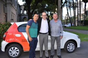 Deputado Thiago Cota entregando o veículo ao prefeito de Pedra do Anta, João Leiteiro