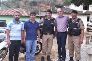 Deputado Thiago e vereador Marcelo entregando o veículo para a Polícia Militar
